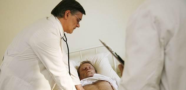 Drsná fotografie z nemocnice: Pacient na přístrojích. Brno, pondělí, 9:41