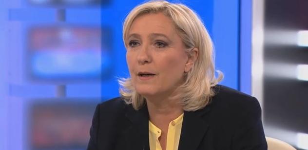 ČT zažila šok: Fanoušek Le Penové roztrhl v přímém přenosu papír z EU