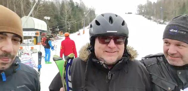 """VIDEO Policie jela zavřít lyžařský vlek, ale narazila na problém. """"Kluci, do toho,"""" ponoukal je rebel"""