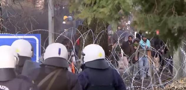 Plav zpátky, uprchlíku. Nahý! Třikrát to zkoušel... Řecko se brání. A zaznělo, co vás zvedne ze židle