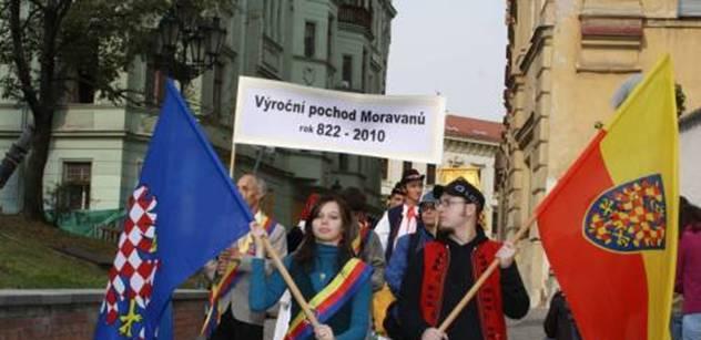 Stovky radnic věší hrdý moravský prapor. Olomouc: Ta vlajka neexistuje