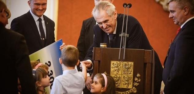 Prezident Zeman předal šek opuštěným  dětem. Na více než dva miliony