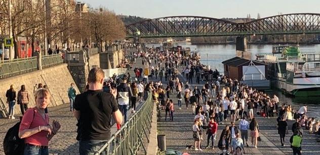 Razie policie v Praze: Na popíjející ji volal i novinář. Možná lituje. Je zle