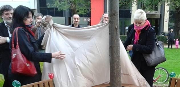 Kvůli vandalům Plzeň možná přestěhuje lavičku Václava Havla na bezpečnější místo
