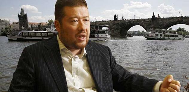 Okamura vypráskal Klause za amnestii a slíbil mu velkou nepříjemnost