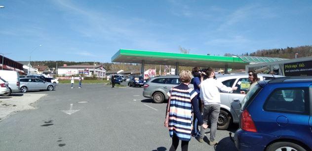 Policajti nás naháněli! Máme svědectví z německo-české hranice, kam se sjeli nespokojení pendleři. Bylo hodně dusno