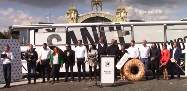 Piráti v Praze odstartovali předvolební kampaň. Jeden z kandidátů přijel na dřevěném koni. Nechybělo téma užívání marihuany