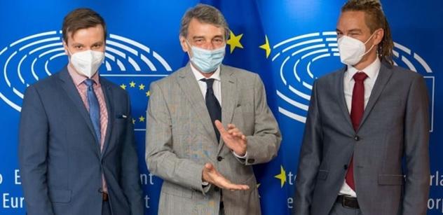 Migranta do každé rodiny. Fetuje. A ty vlasy... Pirát Bartoš má prý problém. Dělá politiku dobře, ale...