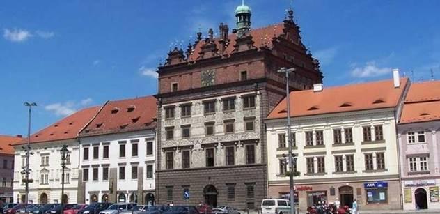 Plzeň: Dobrovolníci uklízeli břeh Radbuzy, akci organizoval pivovar
