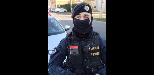 """VIDEO Utahal dva policisty. Chytili ho bez roušky, on je dotlačil ke """"skoku z mostu"""""""