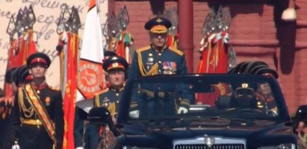 Stěrače stírají! V Moskvě přehlídka, v Česku kvůli tomu sranda. Proč?