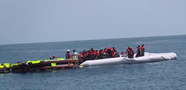 Migranti hlava na hlavě: Lampedusa se zhroutí, zní varování. V pozadí neziskovky