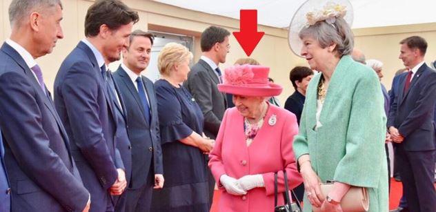 Trapas britské královské rodiny na oslavách. Mezi vítěze druhé světové války zařadili Německo