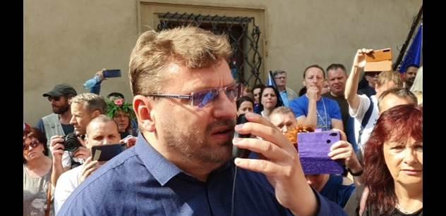 VIDEO Naházet do Vltavy! Pod okny Sněmovny stovky lidí. Proti covid pasům