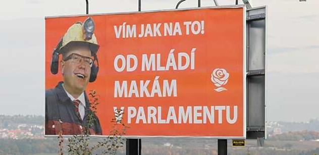 FOTO Tento velký a posměšný plakát proti šéfovi ČSSD visí v Praze. Už je kolem něj zle