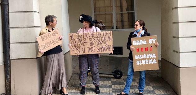"""FOTO Tři demonstrantky pro Zdeňka Šarapatku. Sledovali jsme """"popravu"""""""