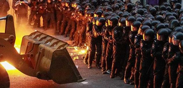 EU odmítla dát peníze Ukrajině. Co měl Janukovyč dělat? ptá se Klausův exporadce Haas