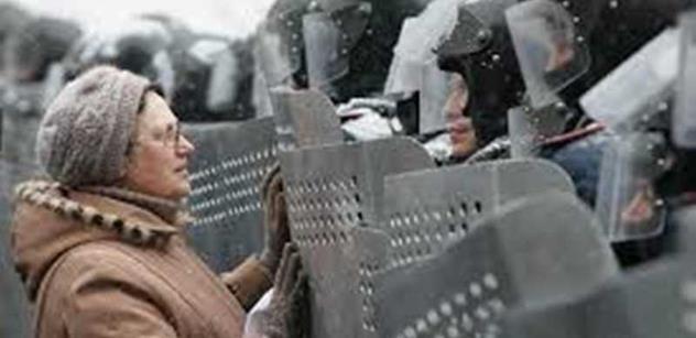Ruské jednotky na Krymu budují okopy a posilují své pozice