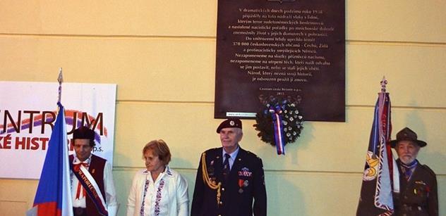 Šéf Senátu a váleční veteráni odhalili na Masarykově nádraží pamětní desku. Padla silná slova k Sudeťákům i Benešovým dekretům. Herman nepřišel