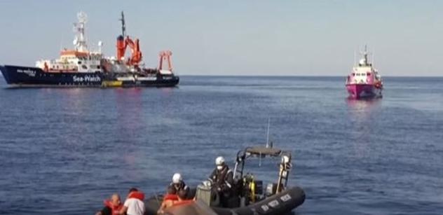 Loď umělce Banksyho s 219 migranty doplula k EU a začala volat o pomoc. Vyloďte je, naléhá OSN