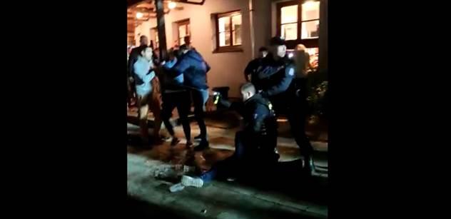 """VIDEO """"Hamáčkovo gestapo."""" Vylezli z hospody a plivli policii na auto. Slovo dalo slovo"""