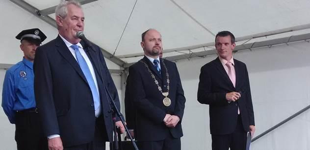 """Zeman před zaplněným náměstím pranýřoval """"obohacujícího se"""" Fajta a komentoval i Schwarzenberga, který má zákaz vstupu do Ruska"""