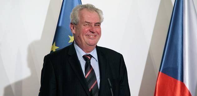 Prezident Zeman vyvěsil vlajku EU. Před Hradem se křičí a píská